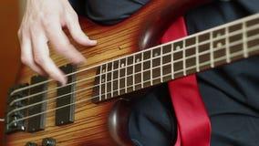 Hombre que toca la guitarra baja almacen de video