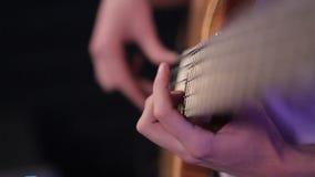 Hombre que toca la guitarra baja, concierto metrajes