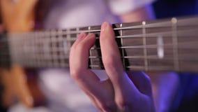 Hombre que toca la guitarra baja, concierto almacen de metraje de vídeo