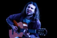 Hombre que toca la guitarra clásica Fotos de archivo