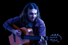Hombre que toca la guitarra clásica Imágenes de archivo libres de regalías