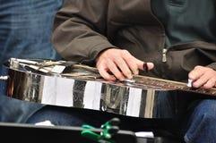 Hombre que toca la guitarra de acero Fotos de archivo libres de regalías