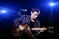 Hombre que toca la guitarra Fotografía de archivo