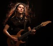 Hombre que toca la guitarra eléctrica Fotos de archivo libres de regalías