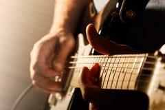 Hombre que toca la guitarra eléctrica Fotografía de archivo libre de regalías
