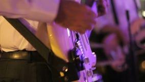 Hombre que toca la guitarra en el banquete de boda metrajes