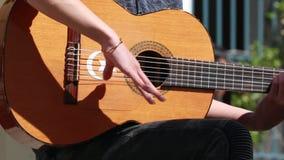 Hombre que toca la guitarra española tradicional del flamenco metrajes