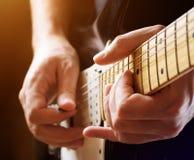 Hombre que toca la guitarra. Opinión del primer fotos de archivo