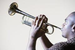 Hombre que toca la trompeta Fotografía de archivo libre de regalías