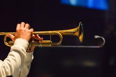 Hombre que toca la trompeta Imagenes de archivo