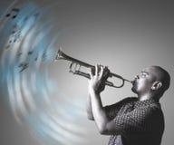 Hombre que toca la trompeta y que hace música foto de archivo