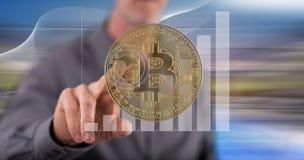 Hombre que toca un concepto de la moneda del bitcoin foto de archivo libre de regalías