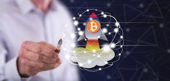 Hombre que toca un concepto de la subida del bitcoin stock de ilustración
