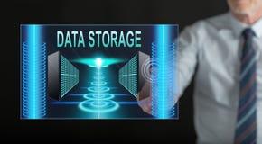 Hombre que toca un concepto del almacenamiento de datos libre illustration