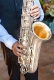 Hombre que toca el saxofón imagen de archivo libre de regalías