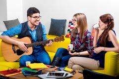 Hombre que toca una guitarra con las novias Foto de archivo