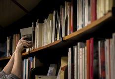 Hombre que toma el libro en ligÂ'brary Fotos de archivo libres de regalías