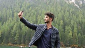 Hombre que toma el selfie en el lago metrajes