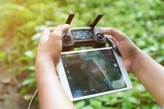 Hombre que toma imágenes con el abejón Fotos de archivo