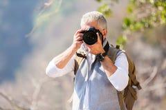 Hombre que toma la cámara de las fotos Foto de archivo