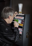 Hombre que toma la prueba del breathalyzer Fotografía de archivo