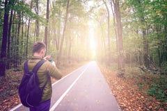 Hombre que toma las fotos en bosque Foto de archivo