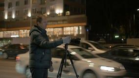 Hombre que toma las imágenes del paisaje de la noche almacen de video