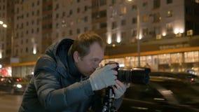 Hombre que toma las imágenes del paisaje de la noche Primer almacen de video