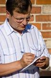 Hombre que toma notas Foto de archivo libre de regalías