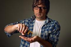 Hombre que toma píldoras Foto de archivo libre de regalías