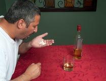 Hombre que toma píldoras y la consumición Foto de archivo