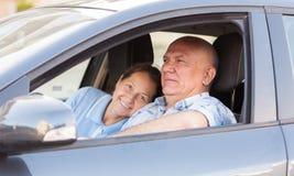 Hombre que toma a su esposa en coche foto de archivo libre de regalías