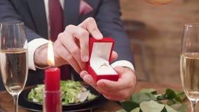 Hombre que toma un anillo de diamante de su bolsillo y que hace la oferta almacen de metraje de vídeo