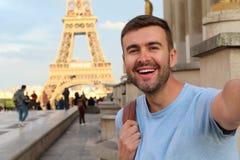 Hombre que toma un selfie en la torre Eiffel, París fotografía de archivo