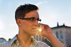 Hombre que toma una llamada con el teléfono móvil Foto de archivo libre de regalías
