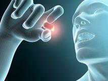 Hombre que toma una píldora, tableta Foto de archivo libre de regalías