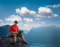 Hombre que trabaja al aire libre Imagen de archivo