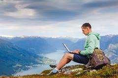 Hombre que trabaja al aire libre con el ordenador portátil Fotos de archivo