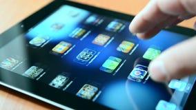 Hombre que trabaja con el nuevo dispositivo del iPad almacen de video
