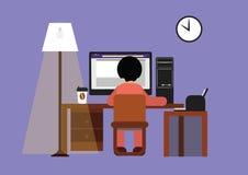 Hombre que trabaja con el ordenador en la noche Foto de archivo libre de regalías