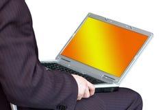 Hombre que trabaja con el ordenador portable Foto de archivo libre de regalías
