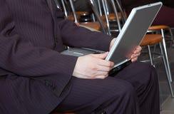 Hombre que trabaja con el ordenador portable Imagen de archivo libre de regalías
