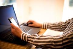 Hombre que trabaja con la computadora portátil Imagen de archivo libre de regalías