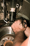 Hombre que trabaja con la llave inglesa en el coche Fotos de archivo libres de regalías