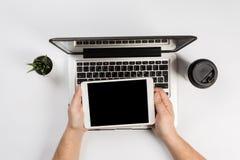 Hombre que trabaja con la tableta, visión superior imágenes de archivo libres de regalías