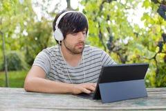 Hombre que trabaja con PC de la tableta Fotos de archivo