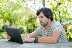 Hombre que trabaja con PC de la tableta Fotografía de archivo libre de regalías