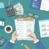 Hombre que trabaja con un informe Contabilidad, análisis de datos, auditoría Manos del hombre de negocios con los documentos de p Imágenes de archivo libres de regalías