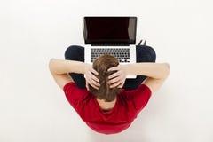 Hombre que trabaja con un ordenador portátil Foto de archivo