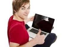 Hombre que trabaja con un ordenador portátil Fotos de archivo